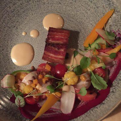 Flanc de porcelet avec radis, betteraves et carottes héritage