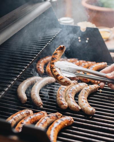 Soirée BBQ parfaite entre gentlemen - Saucisses Aliments Faita Forgione