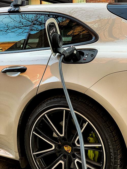 Porsche-Panamera-4 E-Hybrid---In-charge